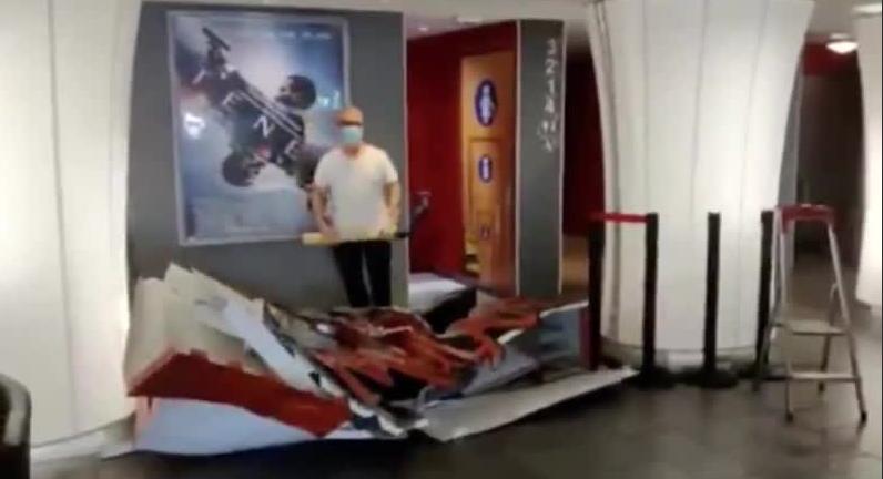 Француз, владелец кинотеатра, битой разгромил афишу «Мулан» в знак протеста против бепредела «Мышиного дома»