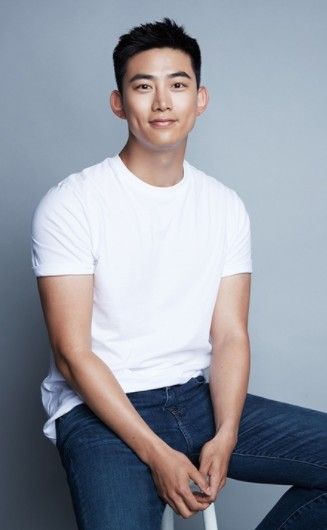 Корейский актёр Ок Тэк Ён